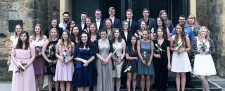 Die Schülerinnen und Schüler der Gesundheits- und (Kinder-)Krankenpflege haben ihre Ausbildungen in der Pflegeschule am St. Bernward Krankenhaus erfolgreich abgeschlossen.
