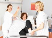 Bernward-Krankenhaus Physiotherapeuten mit Patientin
