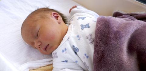 Auch die kleine Kaya freut sich, das 1500. Baby zu sein, das in diesem Jahr im St. Bernward Krankenhaus geboren wurde.