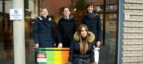 Setzen ein Zeichen für Toleranz: die Kaufmännische Leiterin am BK, Karen Thiele, Lisa Storm und Tabea Nack von der Jungen Caritas (hinten, v. links) und Freiwilligendienstlerin Jacqueline Plichta.