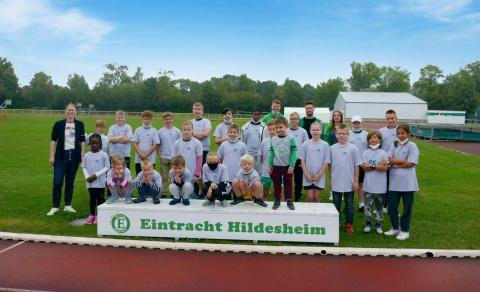 24 BK-Mitarbeiterkinder freuen sich auf eine Woche Spaß, Erlebnis und Bewegung bei Eintracht Hildesheim.