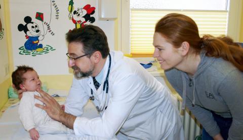 Hat die kleine Nina die Veranlagung Diabetes zu bekommen oder nicht? Anhand der Ergebnisse der Freder1k-Studie kennen Kinderarzt Dr. Alexander Beider und Mutter Natalie Weber bald das Risiko.