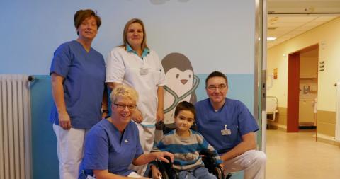 Die Erzieherinnen Monika Sydow und Jutta Behrens, Pflegerin Simone Plöger und Oberarzt Daniel Moneke (von links) freuen sich, dass es Sayed mittlerweile wieder gut geht.