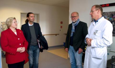 Professor Dr. Frithjof Tergau und Aufsichtsratsmitglied Dr. Hans-Jürgen Marcus begrüßen Bernd Lynack und Cornelia Rundt (von rechts).