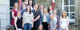 Die Hebammenschülerinnen am St. Bernward Krankenhaus freuen sich über den erfolgreichen Abschluss ihrer Ausbildung.