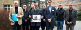 Hier soll der Neubau des BK entstehen – das Planungsteam beginnt nun mit der Arbeit (v. links): Jörn Augsburg, Stefan Allmer, Gerd Schünemann, Frank Schonhoff, Joachim Vogel, Stefan Fischer, Ale-xander Kleimann und Dierk Fischer.